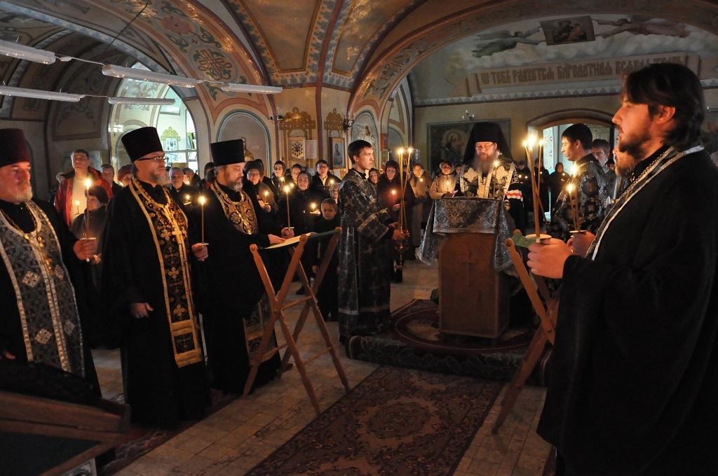 В канун среды светлой седмицы епископ максим возглавил праздничное богослужение в троицком соборе г чаплыгина