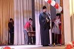 Иерей Владислав Нарин благословляет выпускников