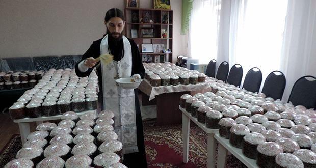 Священнослужители Ельца причастили пожилых граждан и инвалидов, состоящих на надомном обслуживании в ОБУ «ЦСЗН по городу Ельцу» и освятили для них куличи