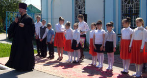 На Красную горку 8 мая в храме Рождества Пресвятой Богородицы прошёл пасхальный утренник, в котором участвовали дети и преподаватели воскресной школы.