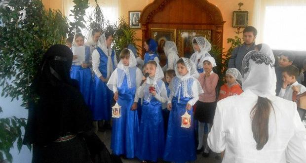Сотрудники детской библиотеки и воспитанники воскресной школы Знаменского женского монастыря поздравили с праздником всех православных женщин монастыря