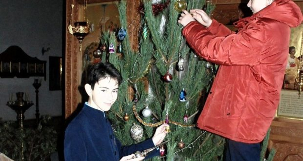 Гимназисты приняли участие в убранстве рождественских елей
