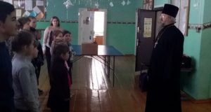 В святочные дни школу в д.Сухой Семенёк посетил с беседой священник