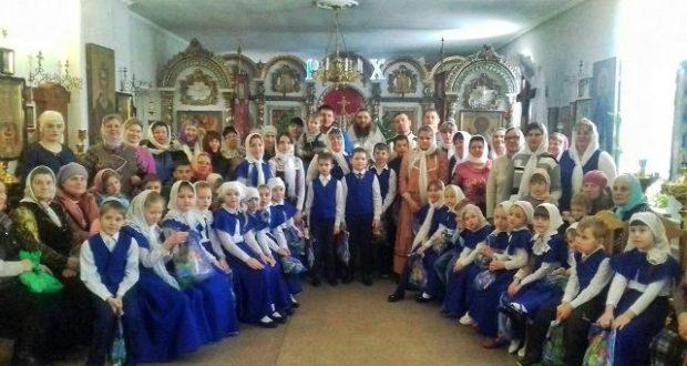 Воспитанники воскресной школы села Лавы поздравили прихожан с Рождеством Христовым