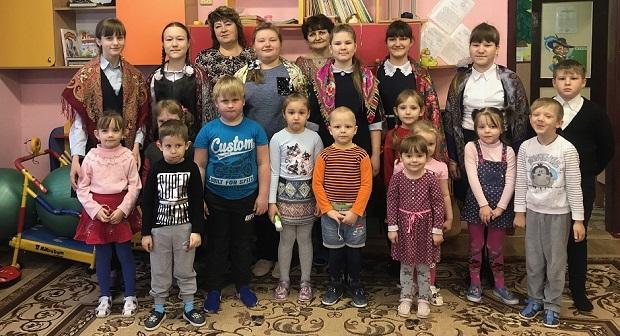 В с. Слобода Становлянского района школьники с Рождественским представлением посетили детсадовцев