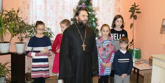 Священник Чаплыгинского благочиния и дети посетили пациентов районной больницы