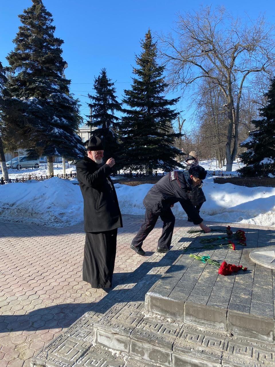 Благочинный храмов г.Ельца принял молитвенное участие в возложении цветов памятнику Погибшим Воинам